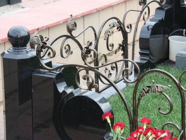 купить памятник на могилу в Минске с оградой и благоустройством
